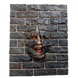 Треснувшая стена с пугающим лицом